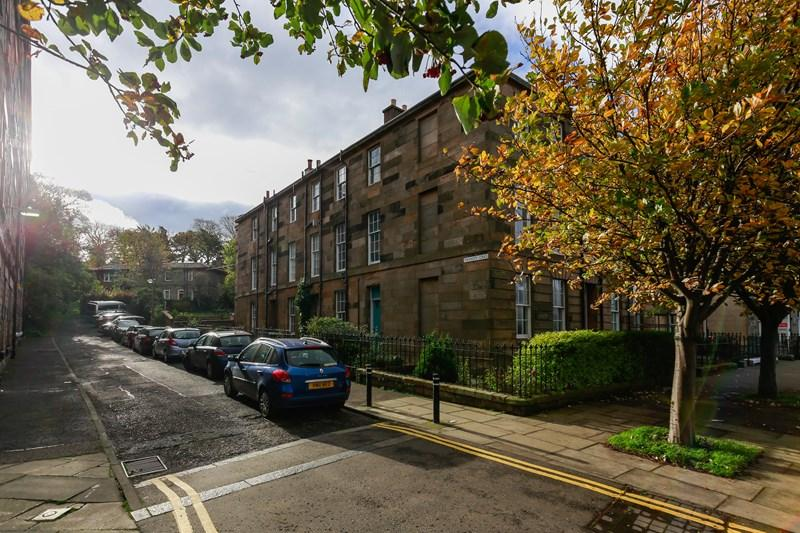 2 Bedrooms Property for sale in 17/3, Trinity Crescent, Edinburgh, EH5 3EE